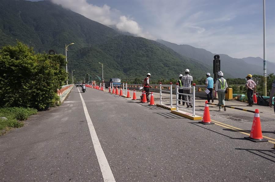 國福大橋採「半半施工」開放民眾單線通行,預計下月中完工。(張祈攝)