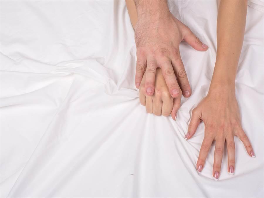 人妻跟蹤老公想捉姦,結果竟是自己被「反抓姦」。(達志影像/shutterstock提供)