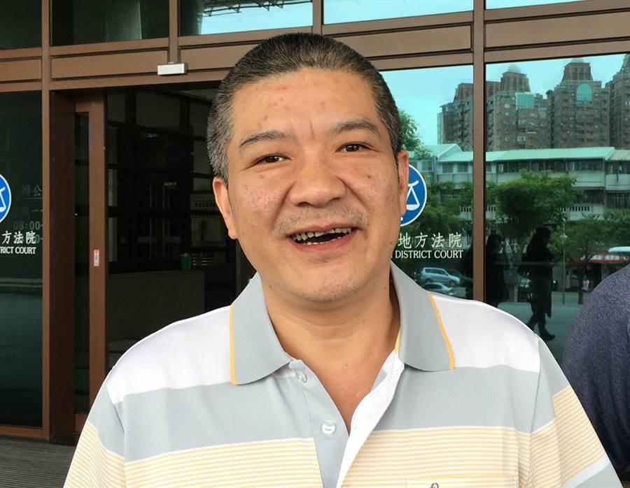 準嘉義縣議員王焜玄涉賄150萬交保,快速步出法院。(廖素慧攝)