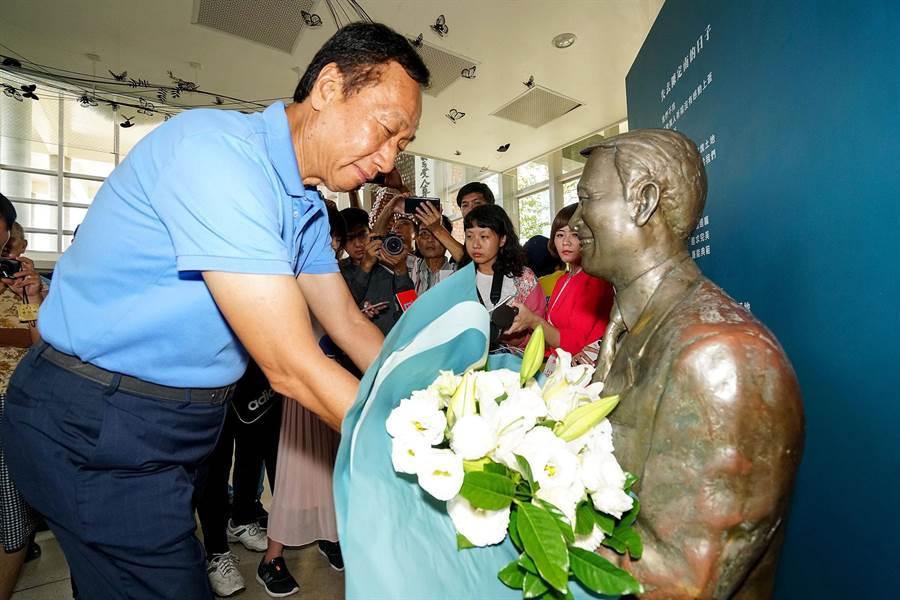郭台銘今赴宜蘭參訪陳定南紀念園區,並向陳定南像獻花致意。(李忠一攝)