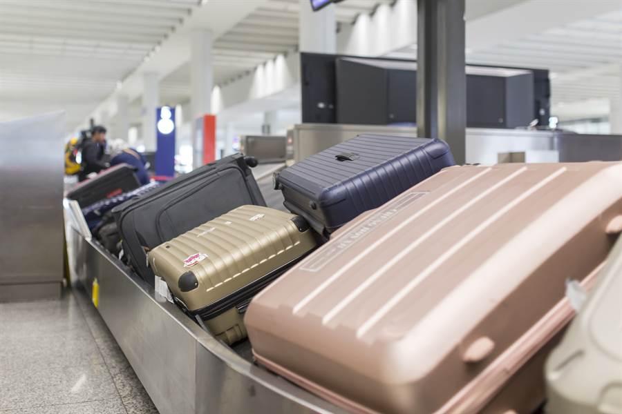 出國旅客勿在行李箱寫上個資,以免成為歹徒下手的目標。(示意圖/達志影像)