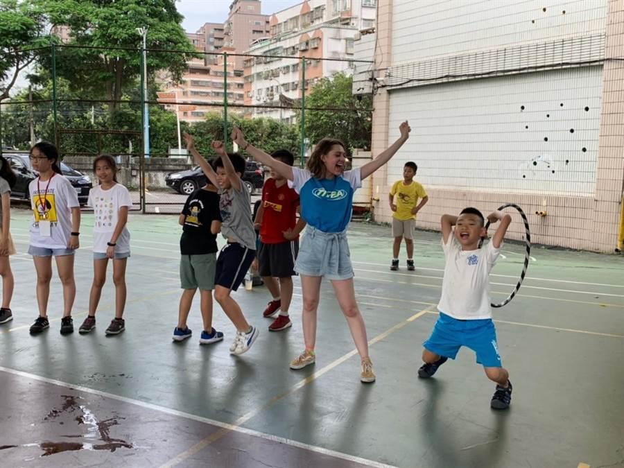 「台美學生志工希望交流育樂營」在安溪國小舉辦活動。(陳俊雄翻攝)
