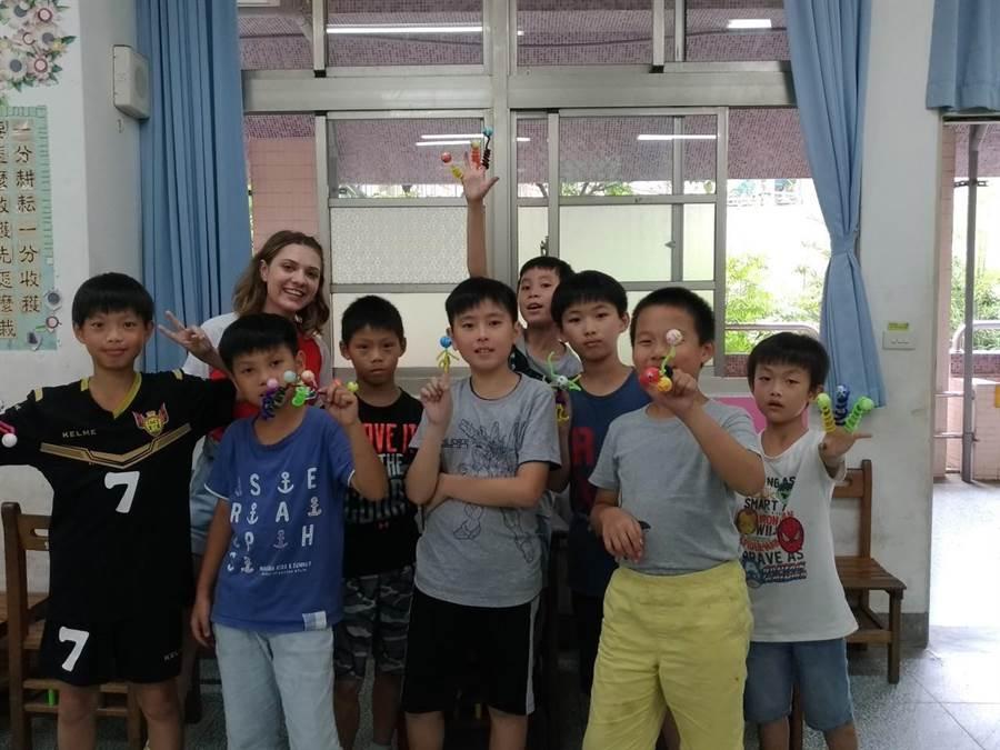 在文山國中舉辦的「台美學生志工希望交流育樂營」。(陳俊雄翻攝)