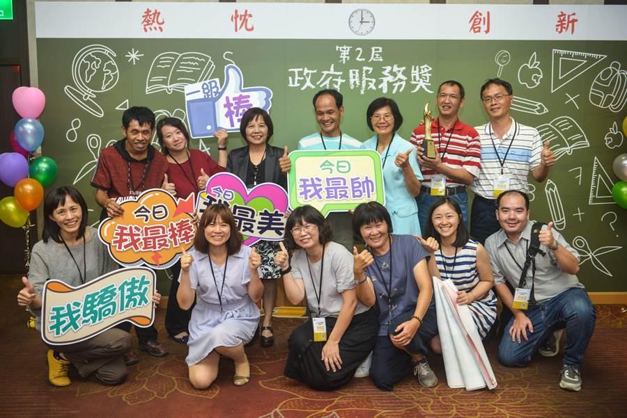 台南教養院參加第2屆政府服務獎,從177個政府機關中脫穎而出,獲整體服務類機關獎肯定。(台南教養院提供)