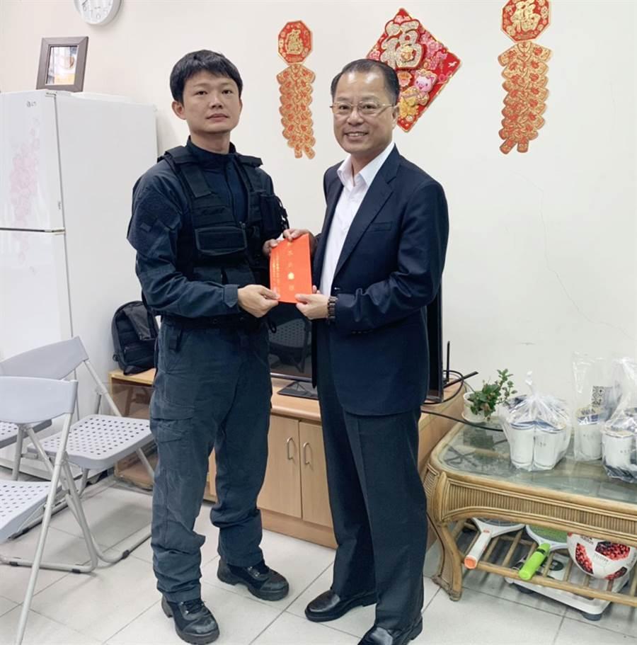刑事警察局長黃明照(右)今天下午特到中打慰問受傷員警。(陳世宗翻攝)