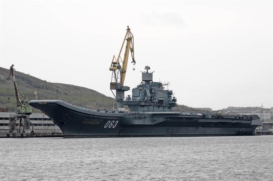 俄羅斯現役唯一航母「庫茲涅佐夫海軍上將」號的資料照。(達志影像/Shutterstock)