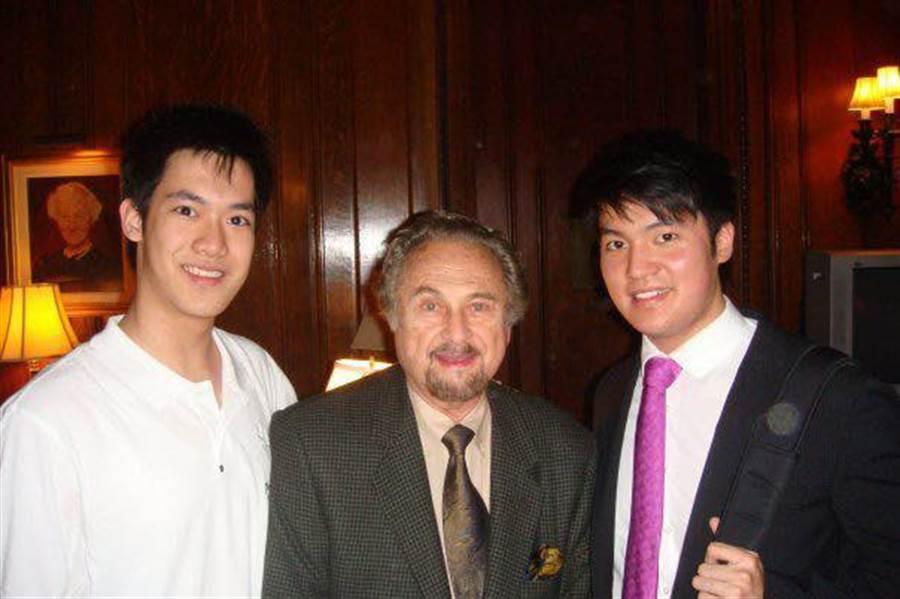 小提琴家亞倫.羅桑(中)生前任教於首屈一指的寇蒂斯音樂院,作育天下英才無數,現活躍國際樂壇的小提琴家林品任(左)、陳銳(右)都是他的子弟兵。(林品任提供)