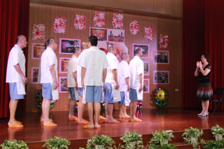 苗栗看守所規畫拜師儀式,學員向老師致意。(何冠嫻攝)