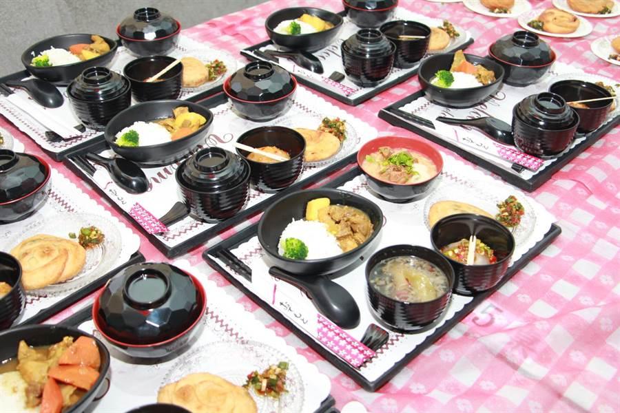 學員們學習傳統小吃烹飪技能,端出美味料理。(何冠嫻攝)