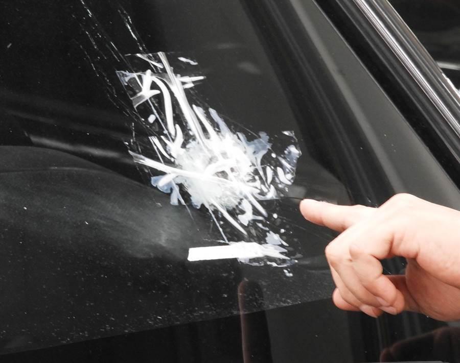 通緝犯陳宏宗朝警方的偵防車開1槍,子彈貫穿擋風玻璃。(陳世宗攝)
