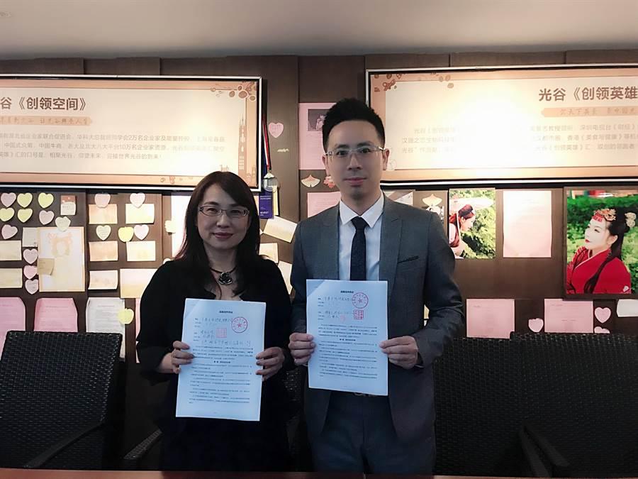 來自台灣的皇鼎生物科技代表王天山總經理(右一)與九州通醫藥簽訂兩岸跨境電商藥品合作、台灣醫養遊健康管理服務。(王雅芬攝影)