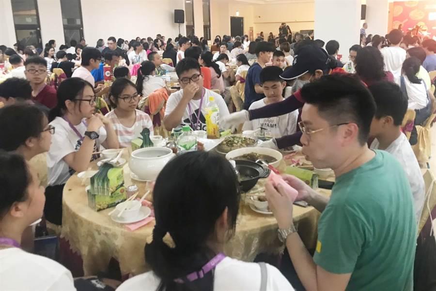 香港遊客在大安媽祖文化園區,品嘗獨特的台灣辦桌文化,讓香港中學生留下深刻印象。(陳世宗翻攝)