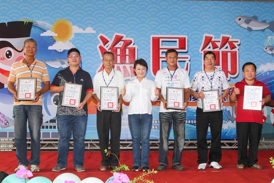 漁民節表揚大會10日登場,台中市長盧秀燕(中)表揚85位漁民及優良員工。(陳淑娥攝)