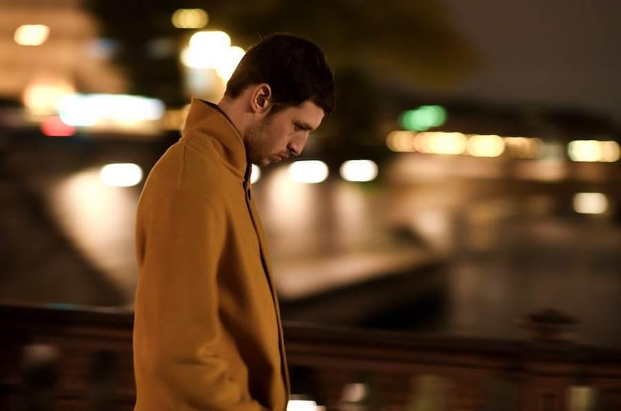 梅西耶在片中僅靠一本法語字典,就遊遍了巴黎塞納河、知名博物館及古蹟聖母院。(海鵬提供)