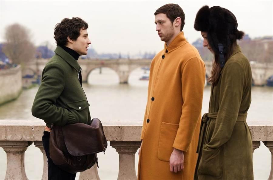梅西耶(右2)遇到的這對貴人情侶,男的傾心他的不凡背景,女的卻酷愛他的健美肉體。(海鵬提供)