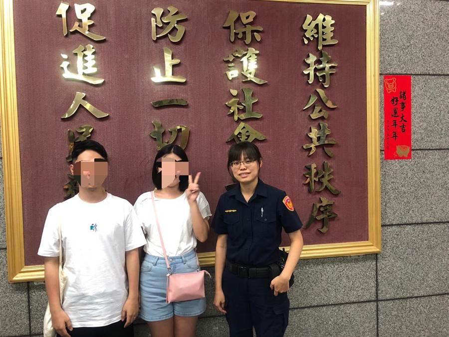 中正一分局忠西所員警張伊君協助韓籍女客尋回手機。〔謝明俊翻攝〕