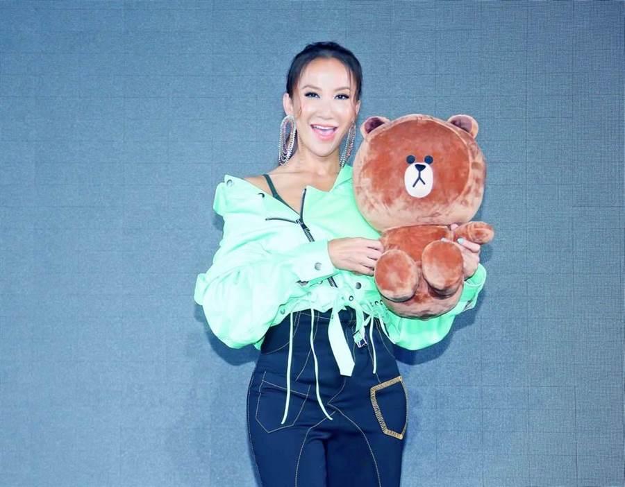 李玟今出席活動獲贈熊大娃娃。(羅永銘攝)