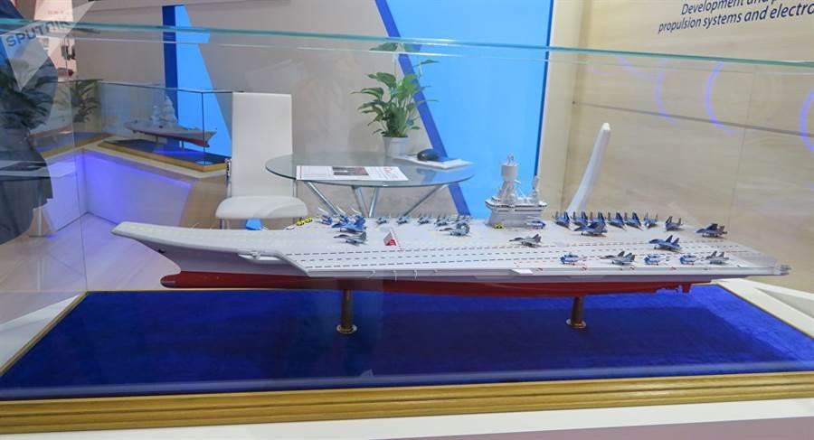 俄羅斯建造新航母各路消息紛飛,現在俄軍方終於正式確認要建造核動力航母, 其實與多年來外界的預期相符。圖為俄國營造船廠曾展出的核動力航母模型。(圖/衛星通訊社)