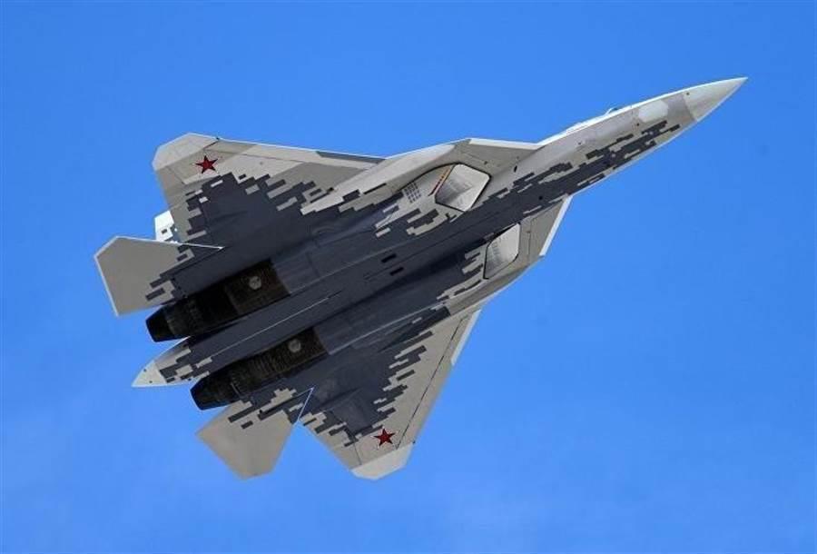 俄國家研究中心認為最新式5代戰機蘇-57在通過適艦改造、減輕重量、修改某些結構部件條件下,也將能載於新的多用途航母上。(圖/達志影像)