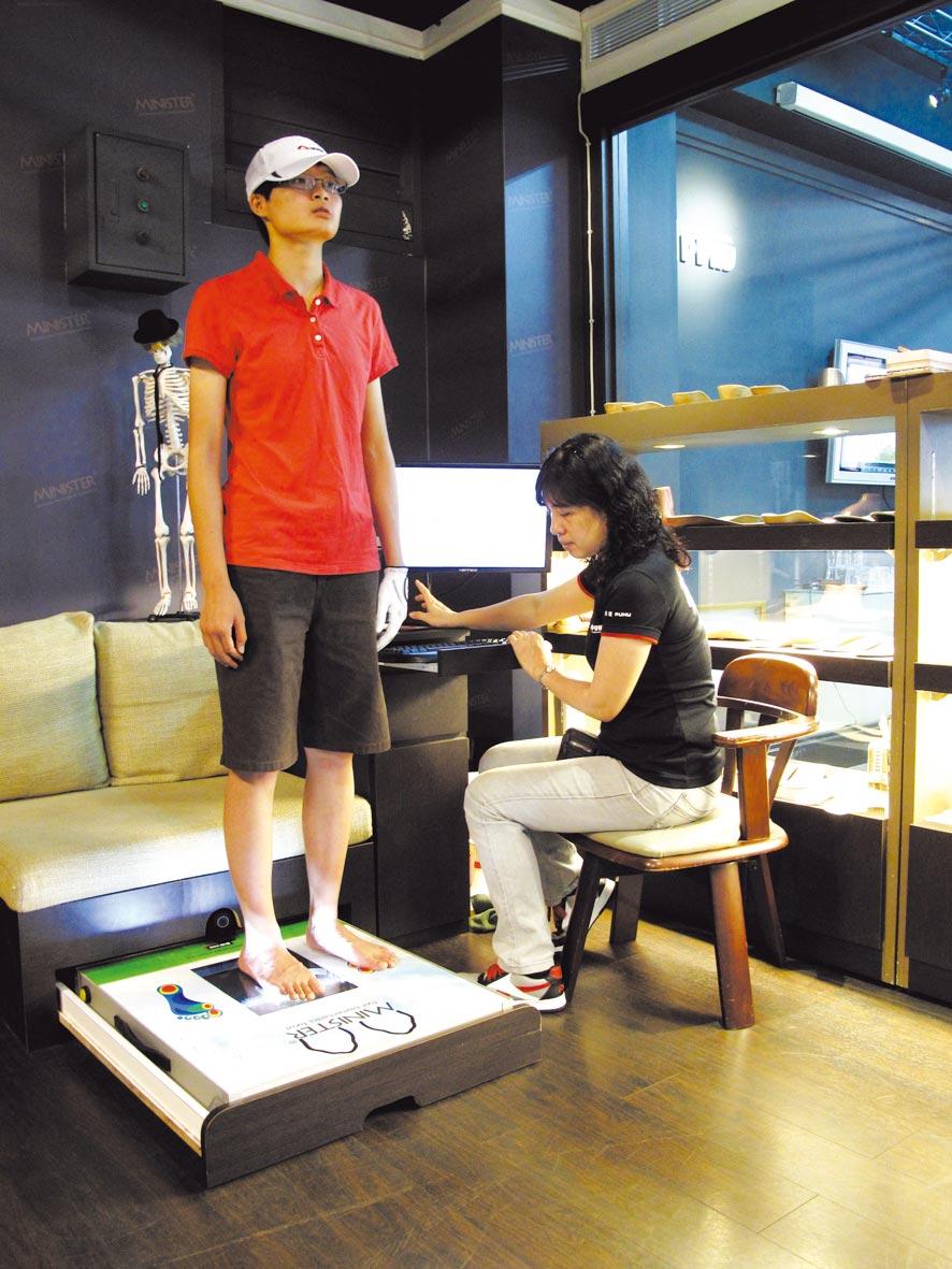 彪琥鞋業提供「足部健康掃描健診服務」透過電腦足部壓力分析系統,提供專屬客製化鞋弓墊服務及體驗足部健康新知識。圖/彪琥鞋業提供