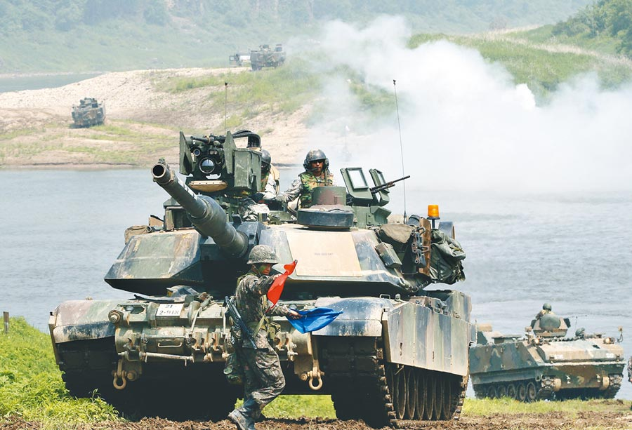 M1A2被稱為地表最強戰車,美軍售台灣108輛M1A2戰車,預計駐守在六軍團,負責北部安全。軍方人士指出,這是美國替台灣客製化的M1A2車款,次型號「T」即代表Taiwan。(美聯社)