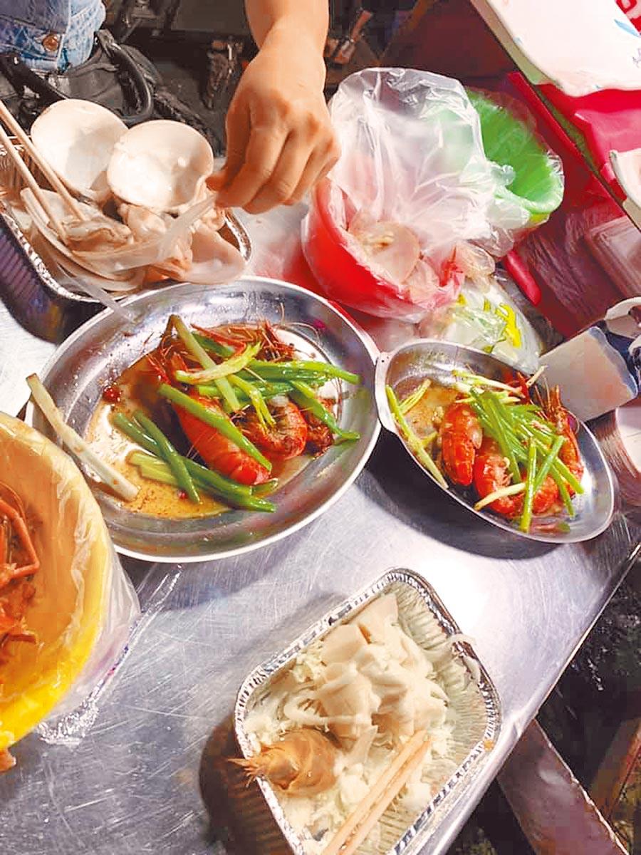 有民眾日前到基隆夜市吃海鮮,點了檸檬蝦、奶油蝦、涼筍及4顆文蛤,結果4盤海鮮竟要花費高達2250元。(翻攝自爆怨公社)
