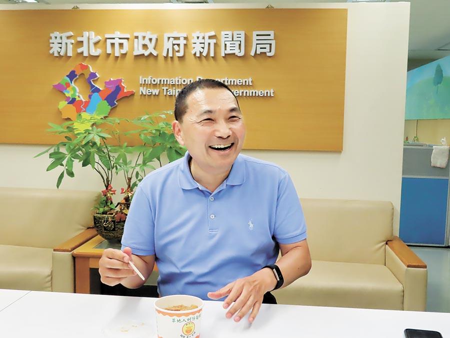 新北市長侯友宜10日將首度出訪國外,9日與記者報告出訪行程。(葉德正攝)