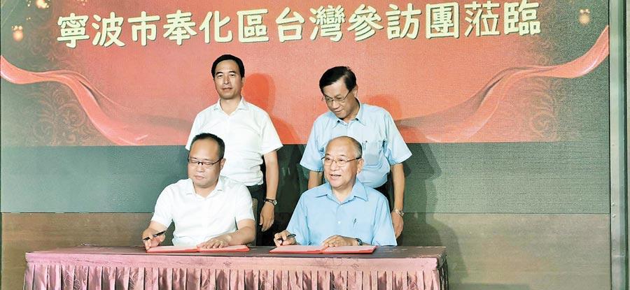 信義鄉農會總幹事黃志輝(右),與浙江奉化簽訂合作協議。(廖志晃攝)