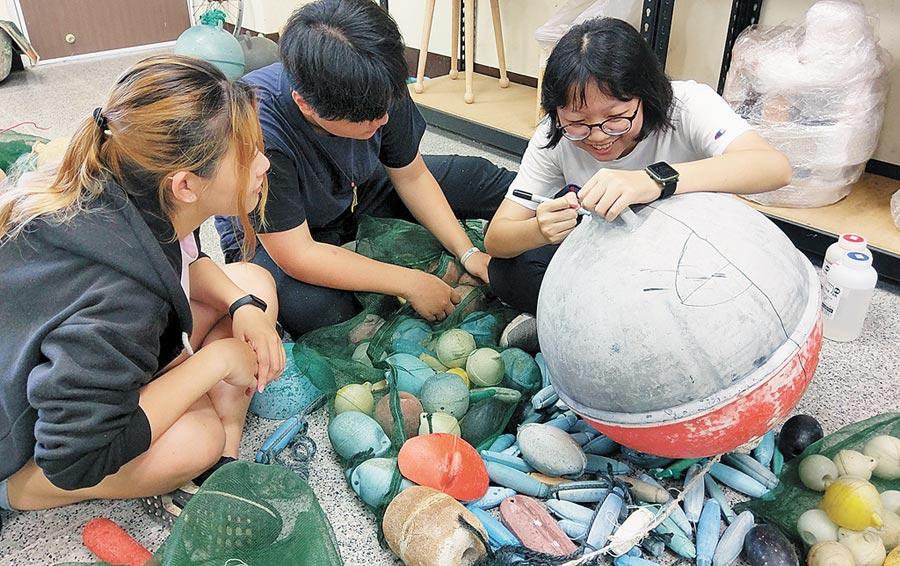 台東專科學校文創科學生以海廢浮球為素材進行創作。(莊哲權翻攝)