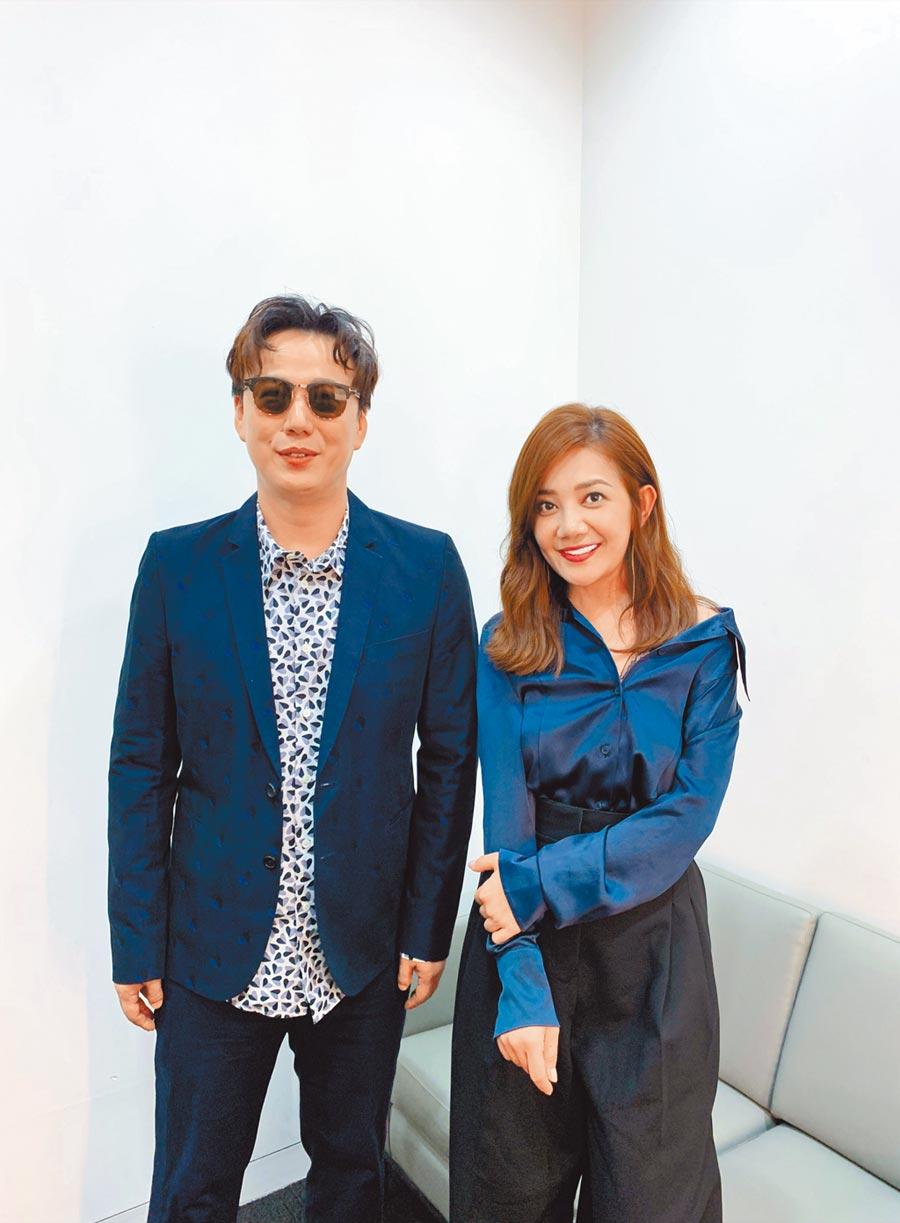 梁靜茹(右)在新加坡和蕭煌奇相談甚歡。