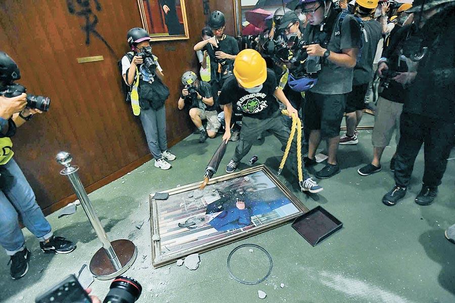 7月1日,港民闖入香港立法會,立法會主席肖像被毀。(中新社資料照片)