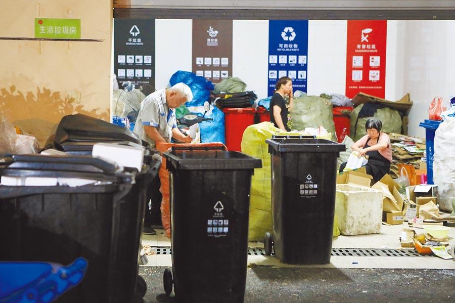 7月7日,上海閔行區樂賢居小區物業人員清運垃圾。(中新社)