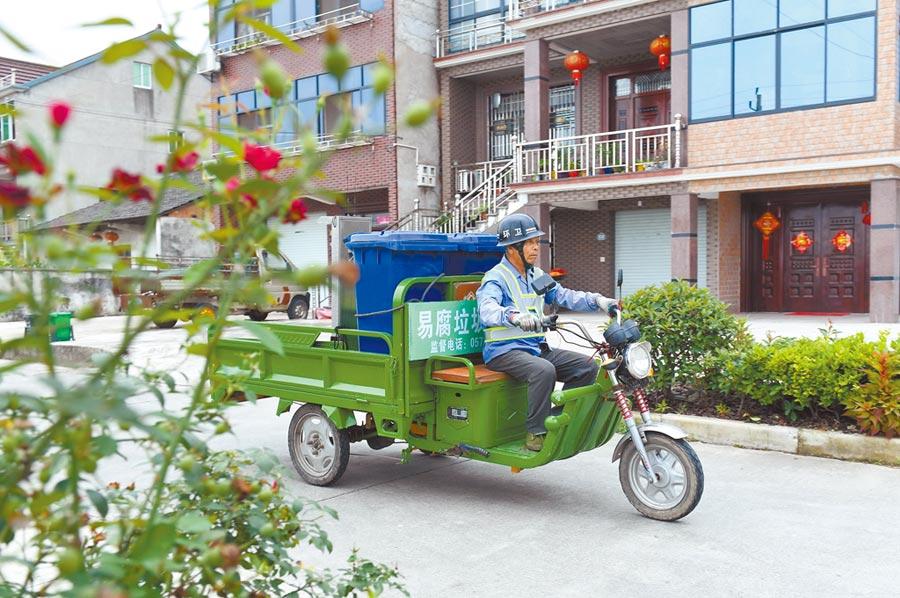 7月4日,浙江垃圾清運員在衛星村收集易腐垃圾。(新華社)