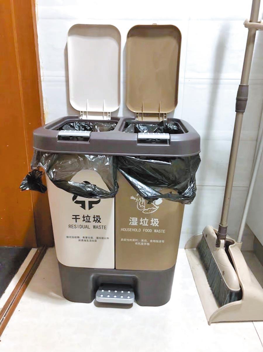 銷量居高不下的乾溼分離垃圾桶。(中新社)