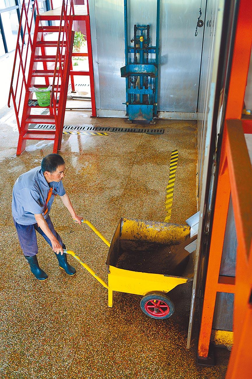 7月4日,乾元生態資源化處理中心的工作人員收集易腐爛垃圾經過微生物發酵而成的有機肥料。(新華社)