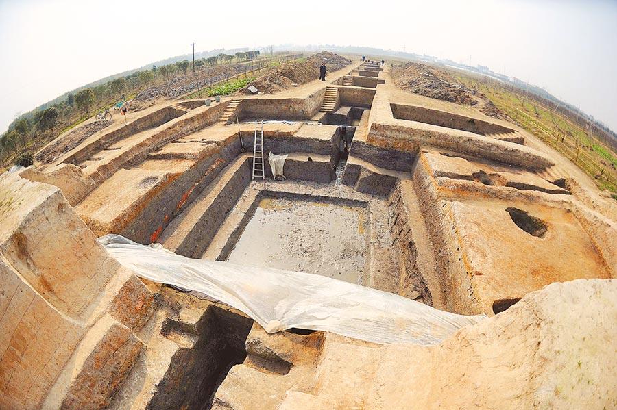 2011年3月9日,發掘中的良渚古城遺址。(新華社)