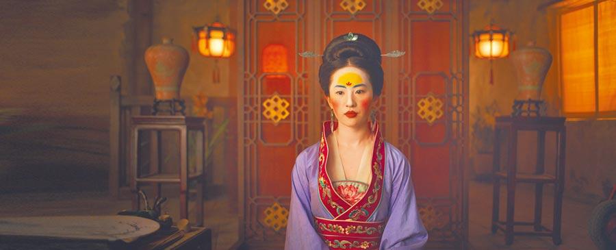 《花木蘭》女主角劉亦菲的妝容,額間的造型似華為Logo。(取自豆瓣網)