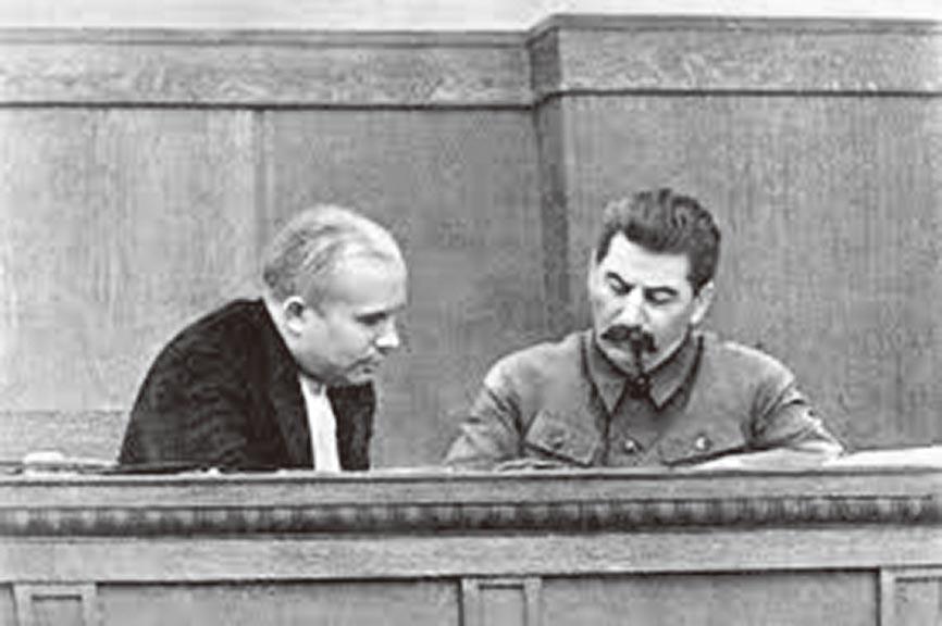 1936年的赫魯雪夫(左)與史達林(右)。(取自網路)