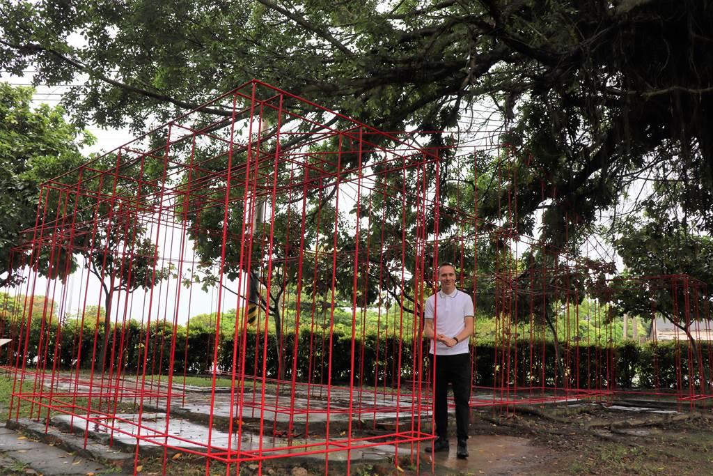 藝術家托馬斯‧史維特的作品「根基」,位於總爺糖廠昔日的公共澡堂基地上。(劉秀芬攝)