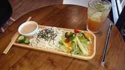 庭園式咖啡廳推涼麵 口感清爽配合悠活養生