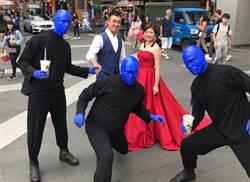 藍人樂團快閃台北街頭 亂入拍婚紗