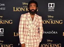 唐納葛洛佛靠Gucci添氣勢 紅白格子西裝亮相《獅子王》首映