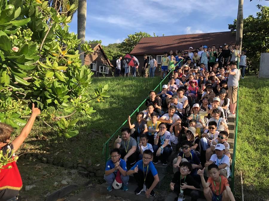 小墾丁渡假村推出「國際天文生態營」,排灣族生態老師Aluma引導香港學生觀察朝開暮謝的棋盤腳。(謝佳潾攝)