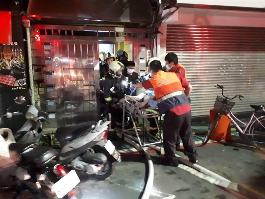 北市錦州街一處民宅11日凌晨傳出火警,消防局獲報到場疏散救助民眾。(北市消防局提供)