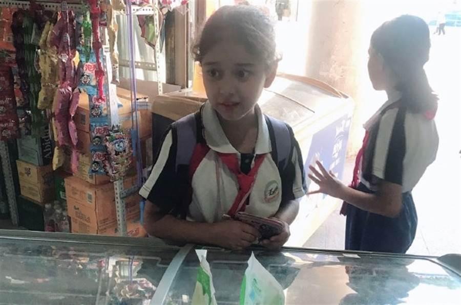 擁有逆天顏值的新疆國小女生照片在微博流傳,讓網友看後驚嘆。(圖/翻攝自微博)