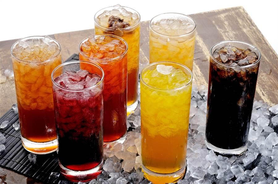 新研究發現,就算每天只喝1小杯含糖飲料,也會導致罹癌率大增。(達志影像/Shutterstock)