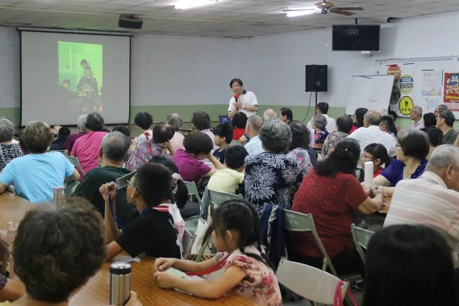 弘光科大邀請光田醫院醫護團隊,到社區傳授基本急救知識。(陳淑娥攝)