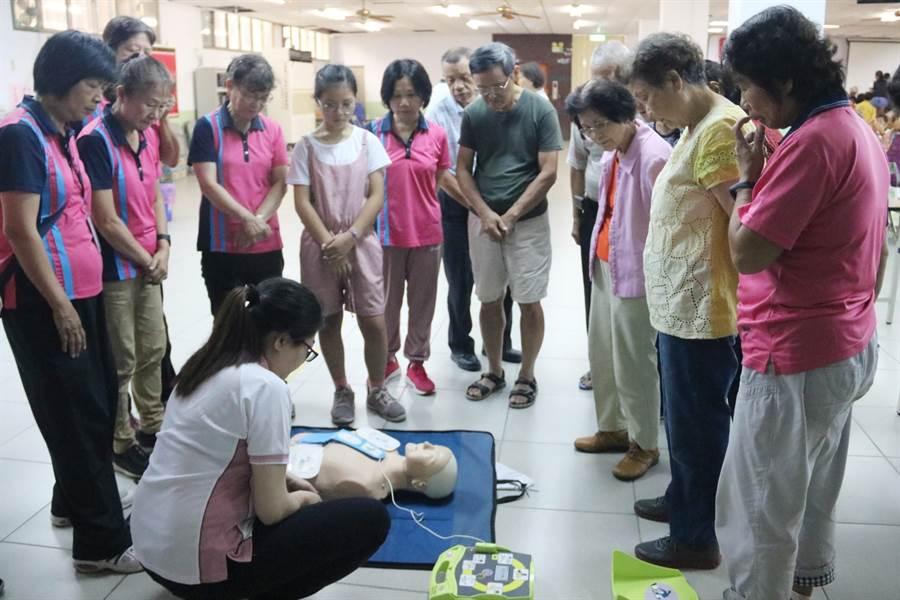 弘光科大到4個社區關懷據點開急救課,吸引許多老少參加。(陳淑娥攝)
