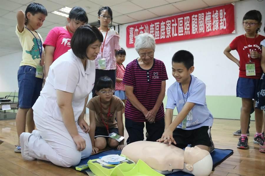 弘光科大到4個社區關懷據點開急救課,小朋友眼的超逼真。(陳淑娥攝)