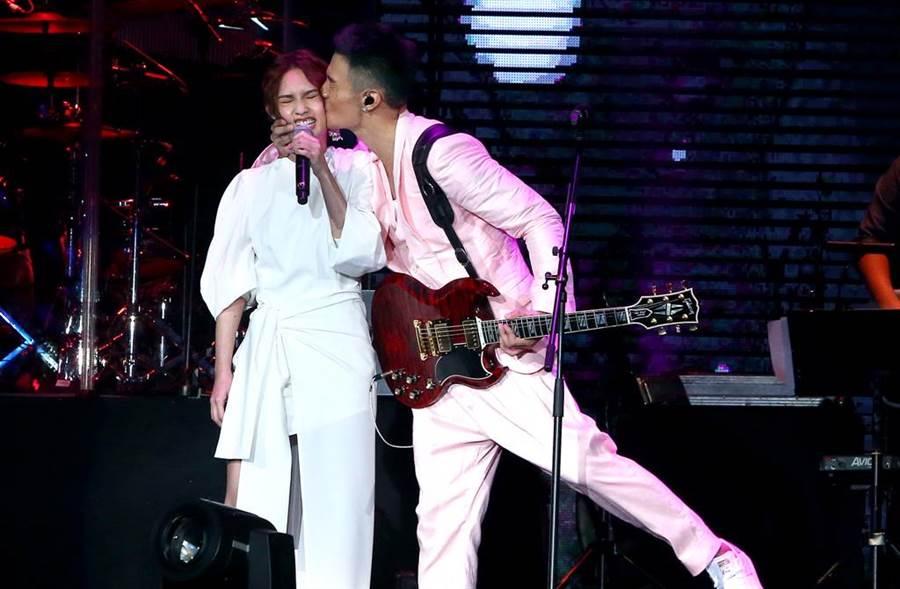 李榮浩2017年在《有理想世界巡迴演唱|》演唱會上,霸氣親吻楊丞琳。(圖/本報系資料照片)
